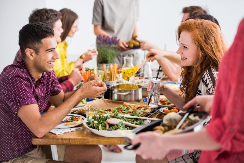 Vrienden die veganistcatering samenkomen, stock foto