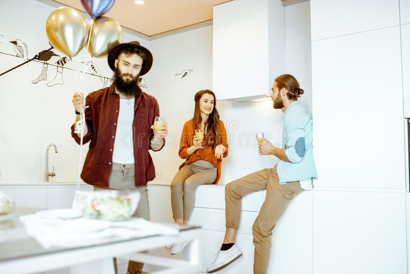 Vrienden die verjaardag op de keuken thuis vieren stock foto