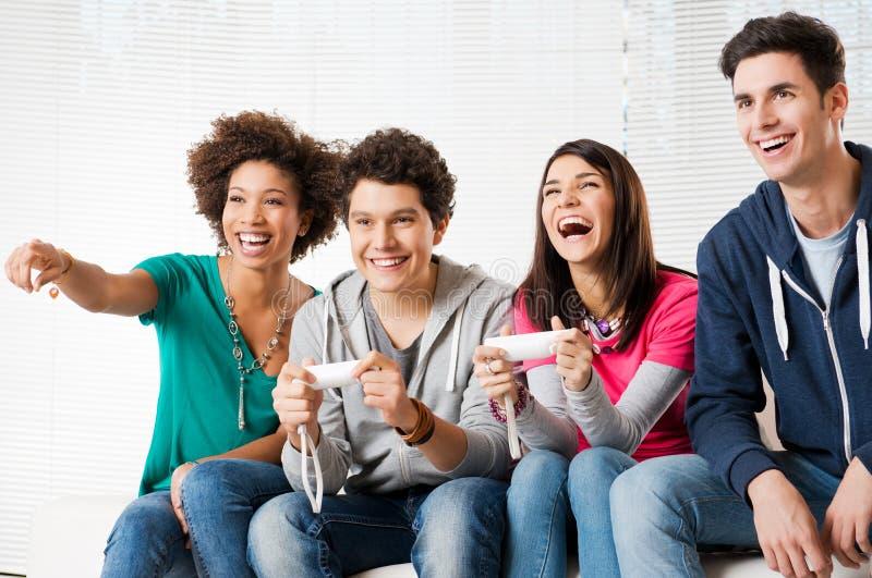 Vrienden die Videospelletjes spelen royalty-vrije stock afbeeldingen
