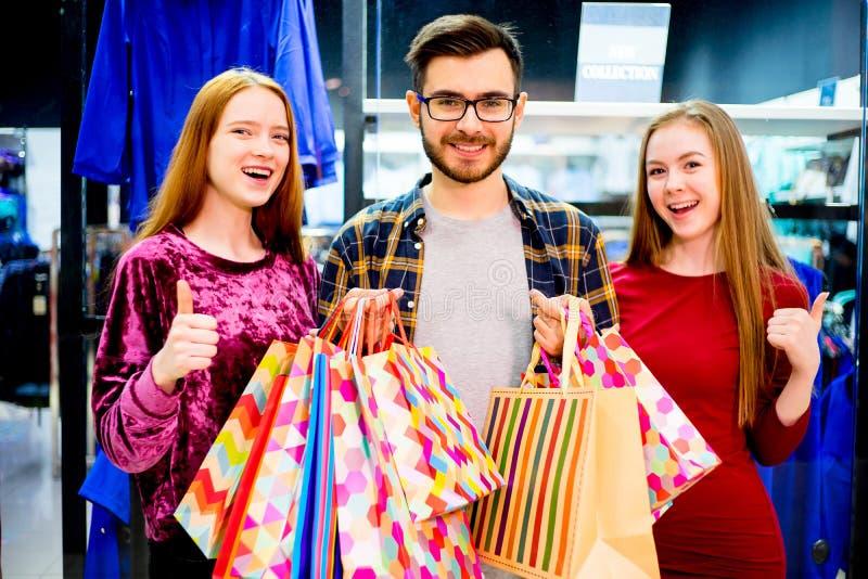 Vrienden die in wandelgalerij winkelen royalty-vrije stock afbeelding
