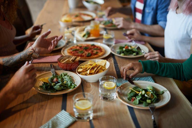 Vrienden door diner stock fotografie