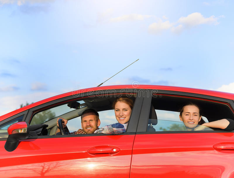 Vrienden in een auto royalty-vrije stock fotografie