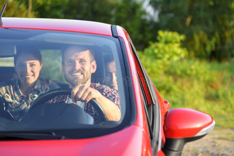 Vrienden in een auto royalty-vrije stock afbeelding