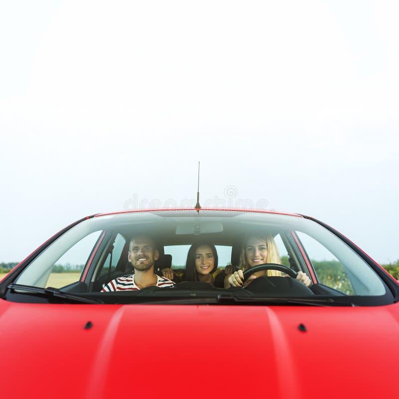 Vrienden in een auto stock fotografie