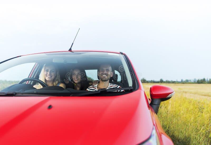Vrienden in een auto stock foto