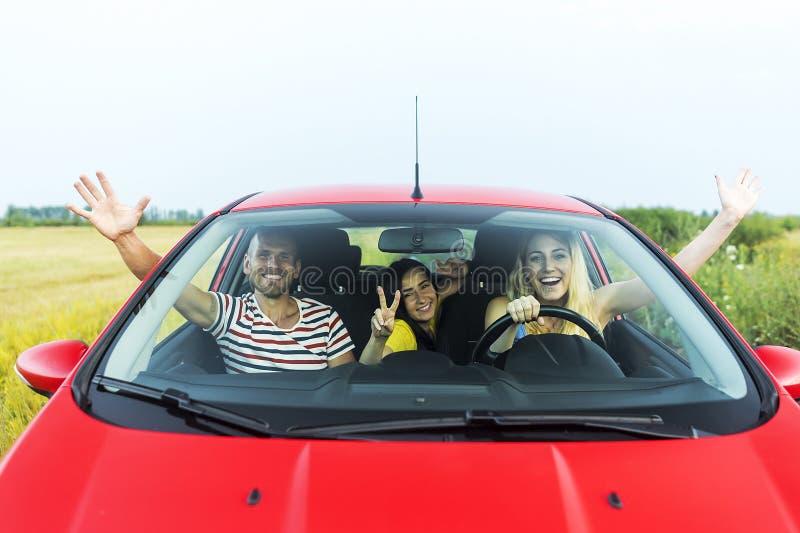 Vrienden in een auto stock afbeelding