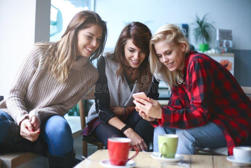 Vrienden in een koffie royalty-vrije stock foto's