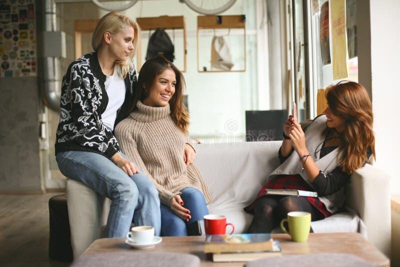 Vrienden in een koffie stock foto