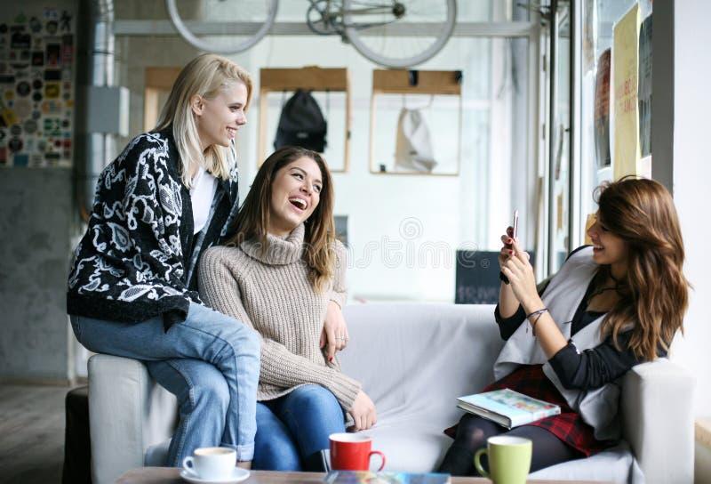 Vrienden in een koffie stock foto's