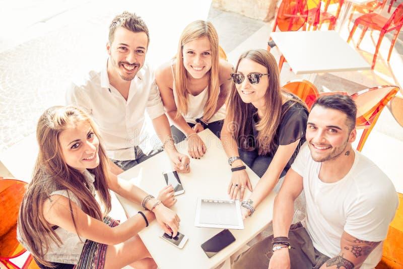 Vrienden in een koffie in openlucht stock fotografie