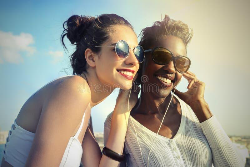 Vrienden en muziek stock afbeeldingen