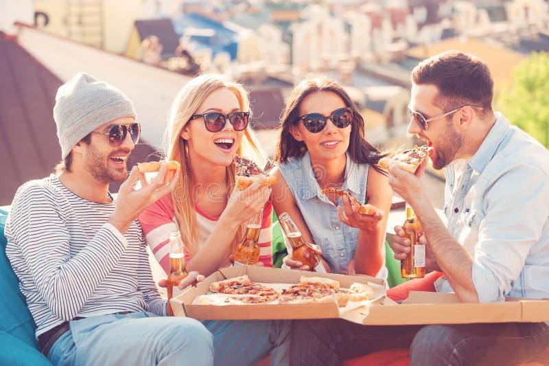 Vrienden en pizza royalty-vrije stock foto