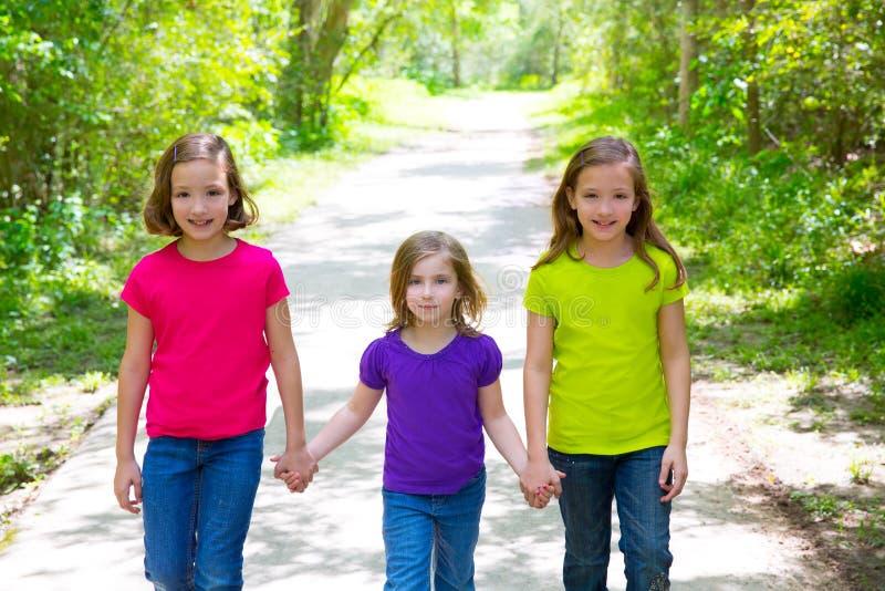 Vrienden en van zustermeisjes lopen openlucht in bosspoor royalty-vrije stock fotografie