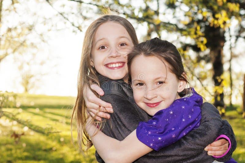 Vrienden en zusters het koesteren stock fotografie