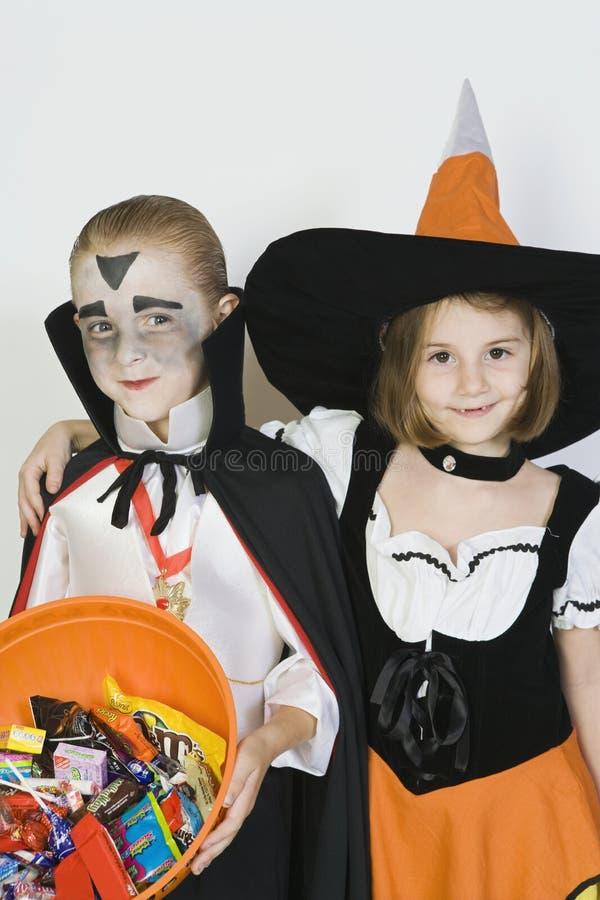 Vrienden in Halloween-Kostuums die zich verenigen stock fotografie