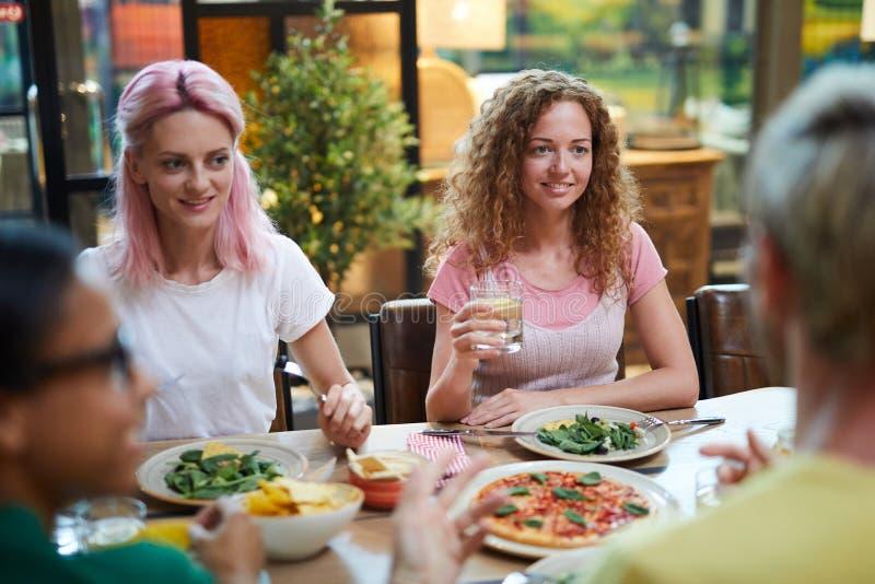 Vrienden het eten stock afbeeldingen