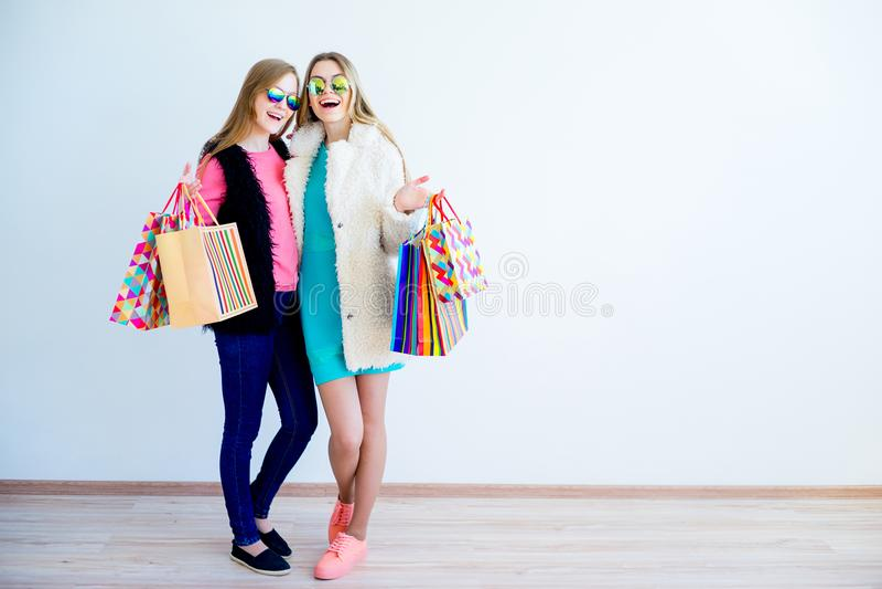 Vrienden het gaande winkelen stock afbeeldingen