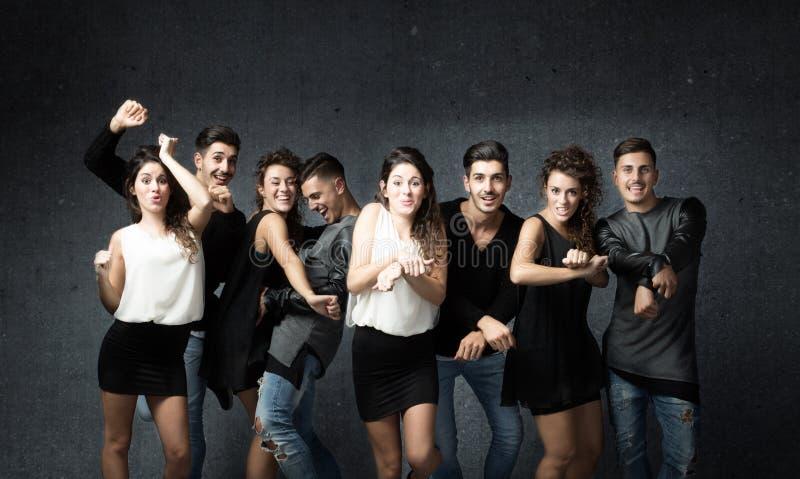 Vrienden in het wilde dansen stock afbeeldingen