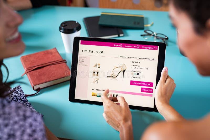 Vrienden het winkelen schoenen online stock foto's