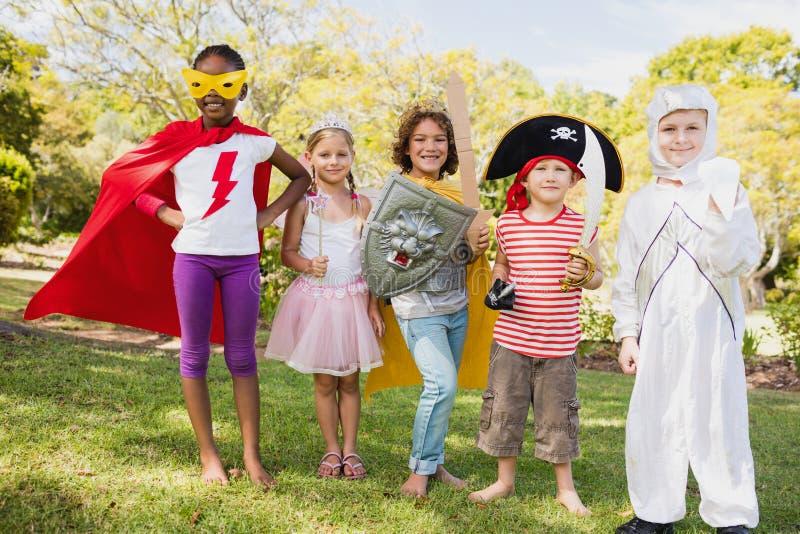 Vrienden in kostuum die zich in ruw bevinden stock foto