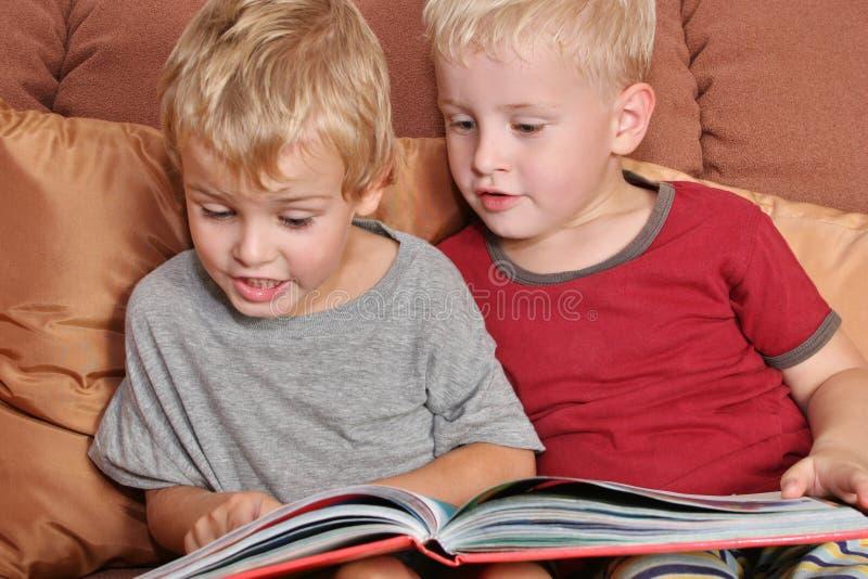 Vrienden met boek stock afbeeldingen