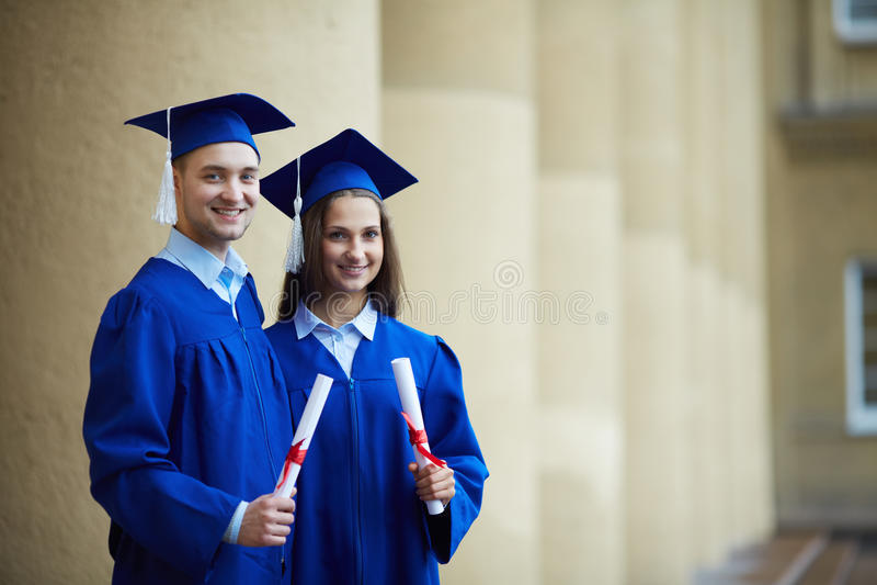 Vrienden met diploma's royalty-vrije stock afbeelding