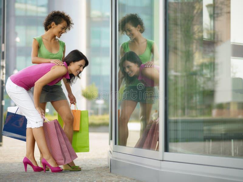 Vrienden met het winkelen zakken stock foto