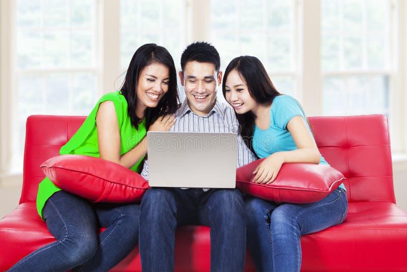Vrienden met laptop stock afbeeldingen