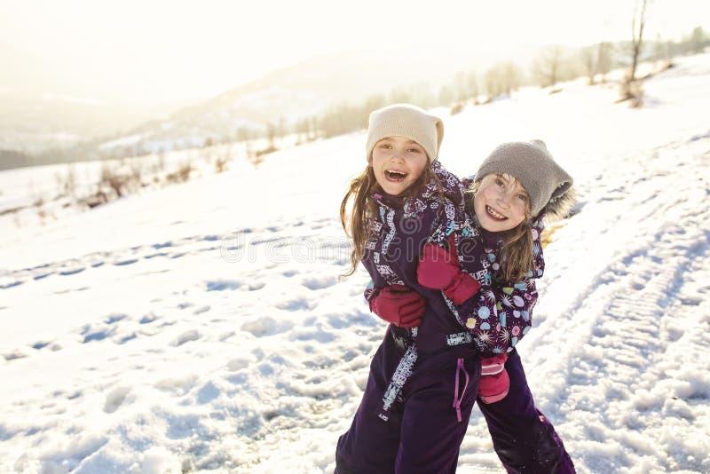 Vrienden op de sneeuw op een zonnige de winterdag royalty-vrije stock afbeelding