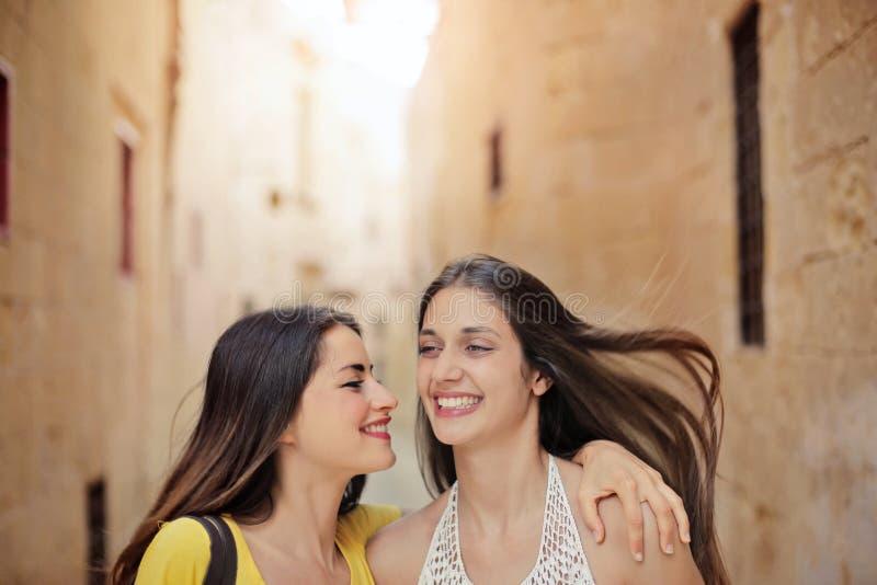 Vrienden op de straat royalty-vrije stock afbeelding