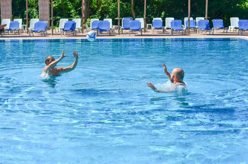 Vrienden op pool royalty-vrije stock fotografie