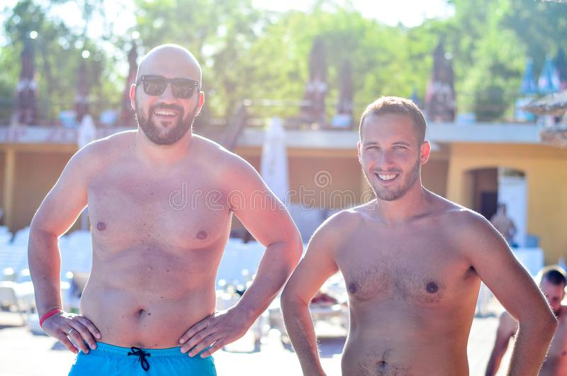 Vrienden op pool stock foto