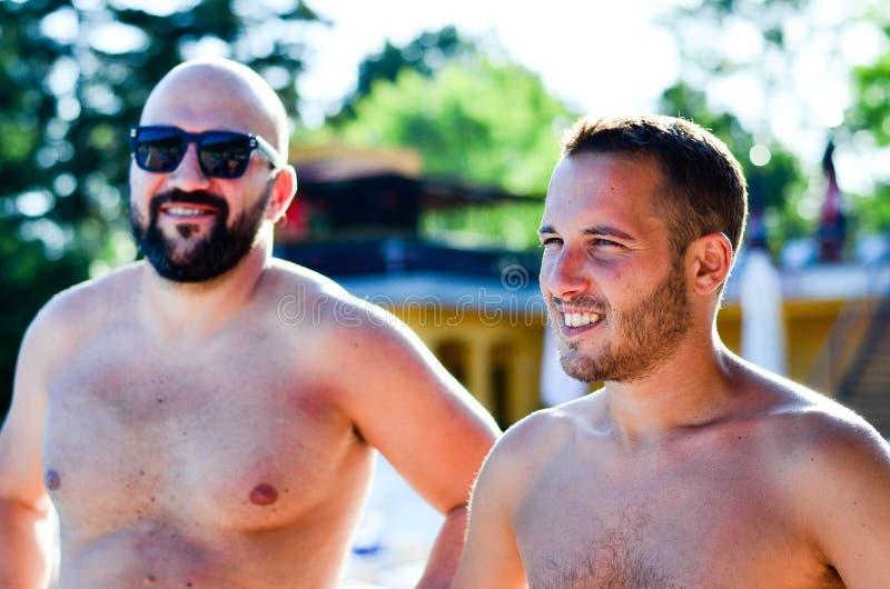 Vrienden op pool stock afbeelding