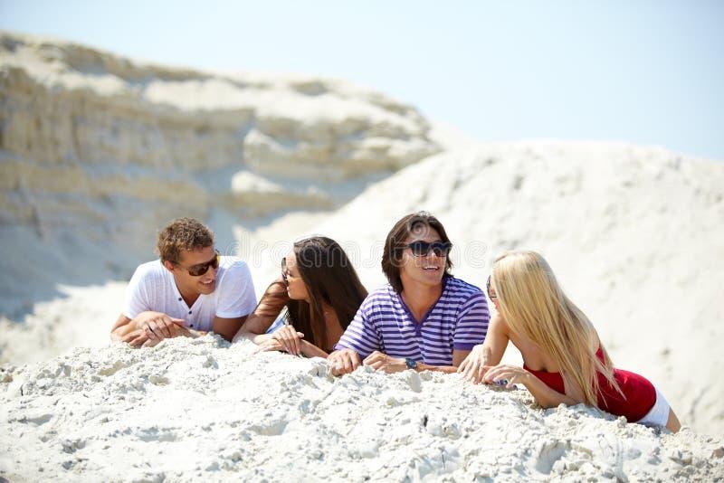 Vrienden op zand stock fotografie