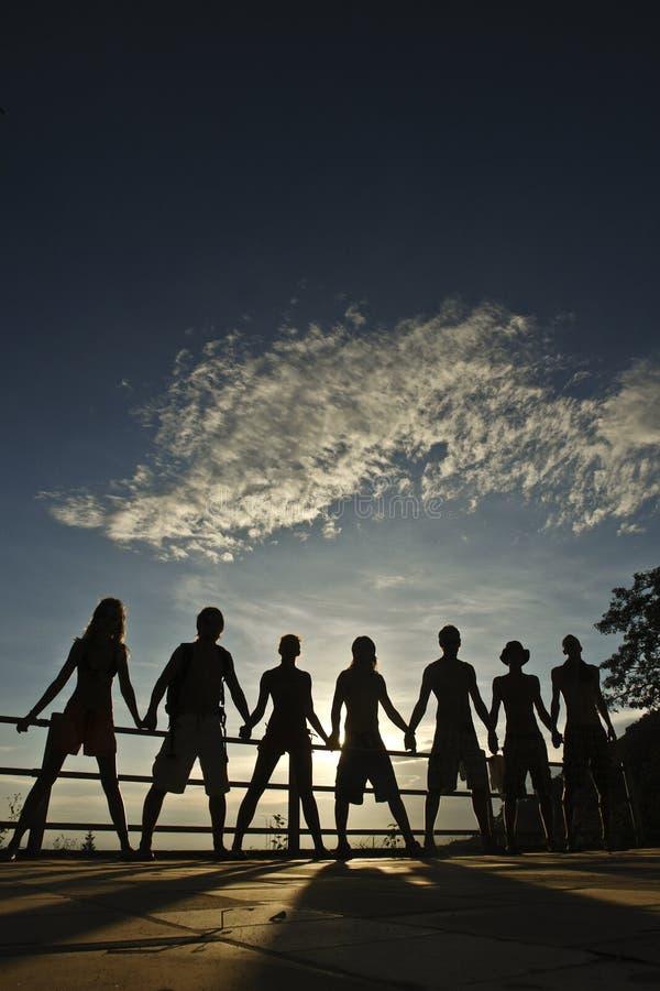Vrienden op zonsondergang stock afbeeldingen