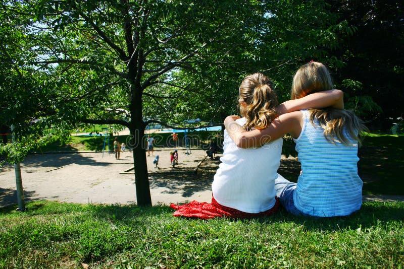 Vrienden in park stock foto
