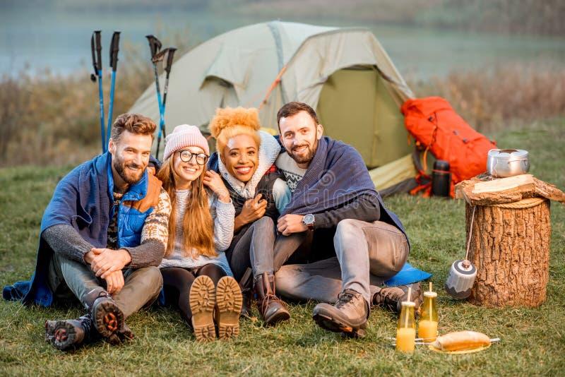 Vrienden in sweaters tijdens de openluchtrecreatie royalty-vrije stock foto's