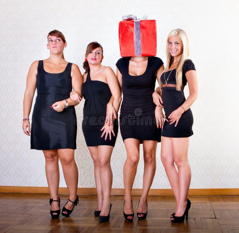 Vrienden tijdens de doos van de partijgift stock afbeelding