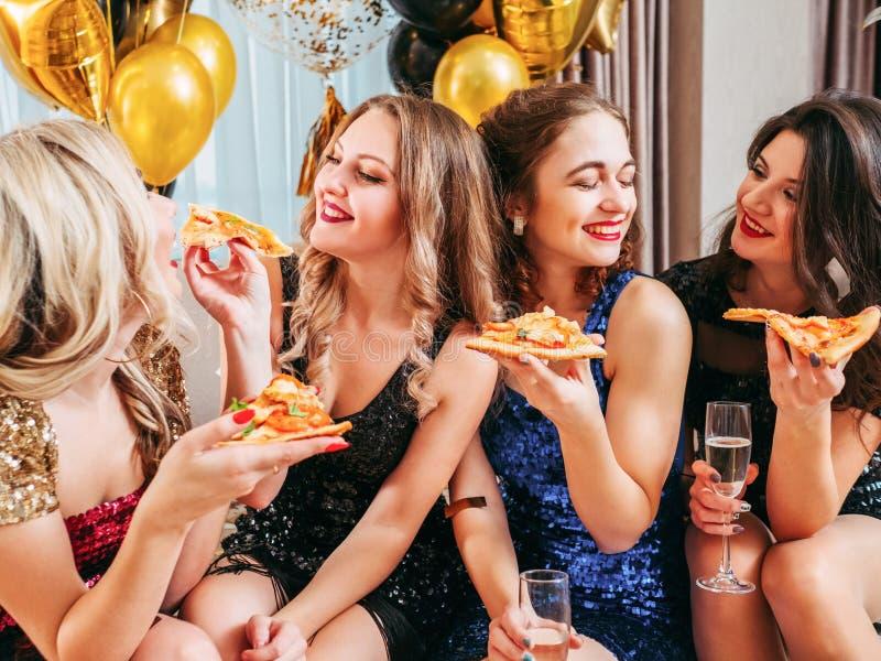 Vrienden van de de pizza de babbelende pret van de meisjespartij dicht stock afbeelding