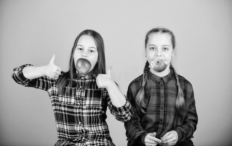 Vrienden van meisjes eten appelsnack terwijl ze ontspannen Schoolsnackconcept Teens met gezonde snack Goedaardige kinderen die pl stock fotografie