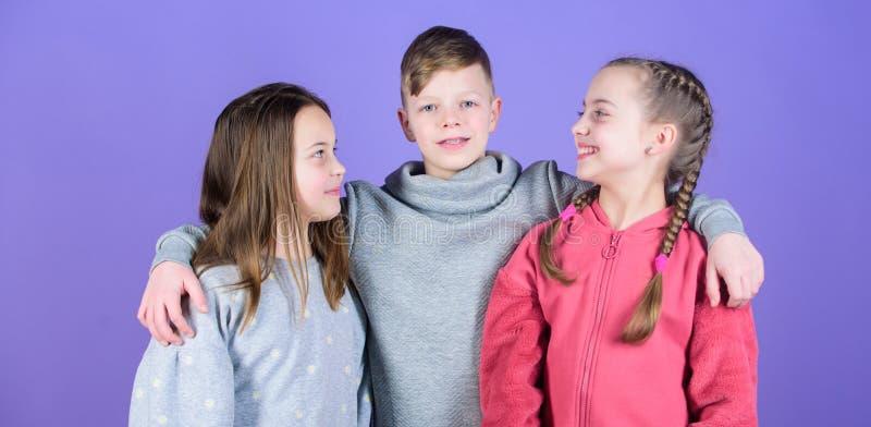 Vrienden voor altijd Familiebanden Het werkconcept van het team Hebbend pret samen steun meisjeszuster en jongen sportkleding royalty-vrije stock afbeeldingen