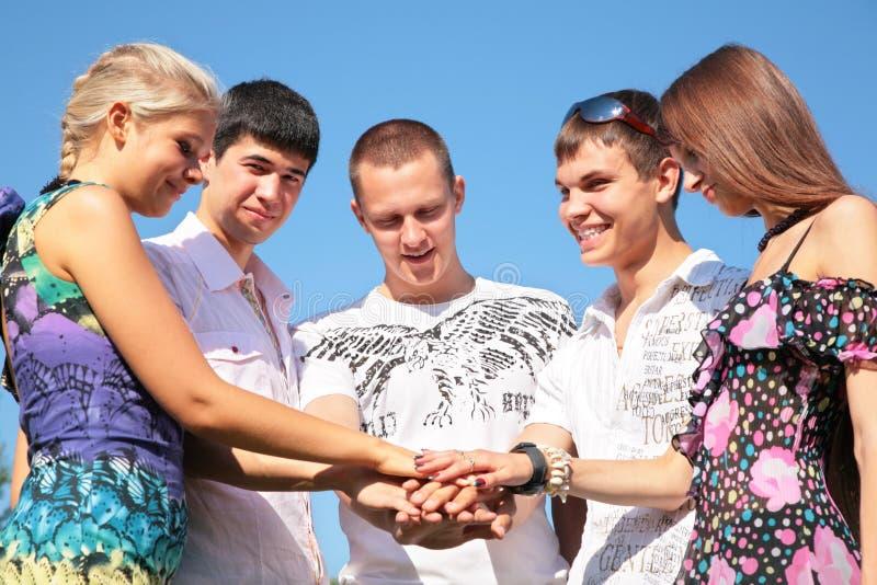 Vrienden voor handen te houden stock afbeelding