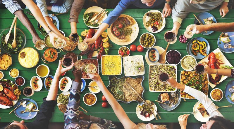 Vriendengeluk die van Dinning genieten die Concept eten stock foto