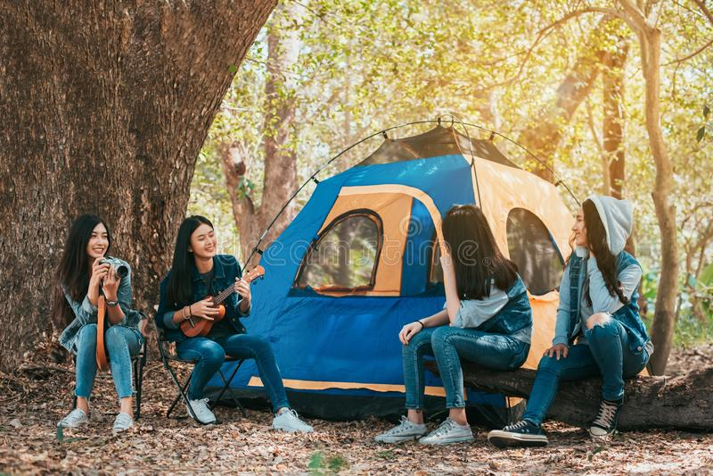 Vriendengroep Jonge Aziatische vrouwen die en bij bos kamperen rusten stock foto's