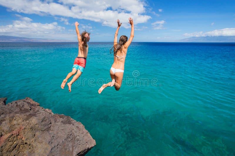Vriendenklip die in de oceaan springen royalty-vrije stock foto's