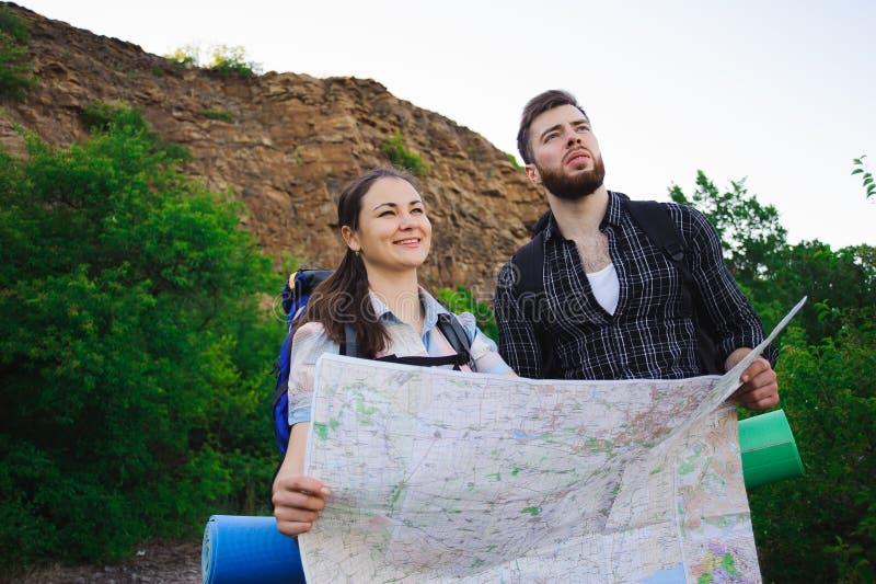 Vriendenreizigers die juiste richting op kaart zoeken, die reis samen, vrijheid en actief levensstijlconcept reizen stock afbeeldingen