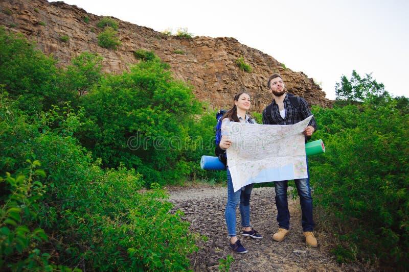 Vriendenreizigers die juiste richting op kaart zoeken, die reis samen, vrijheid en actief levensstijlconcept reizen royalty-vrije stock afbeeldingen