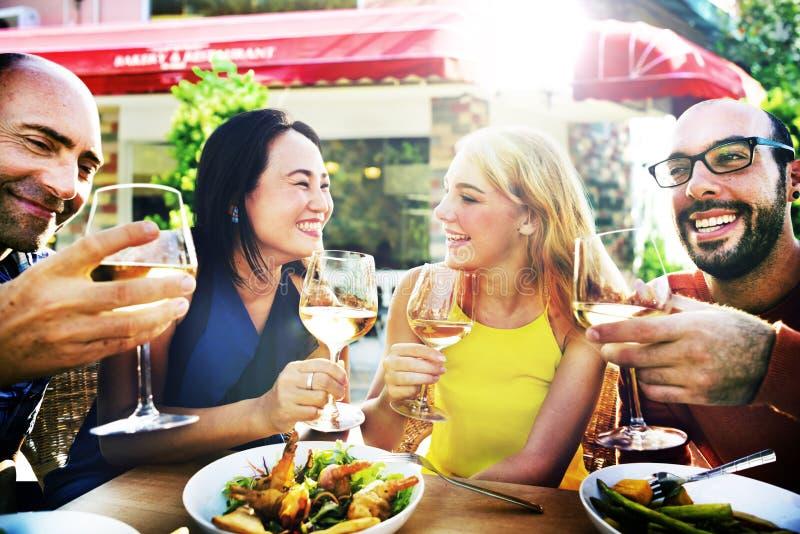 Vriendenvriendschap het Dineren Viering die uit Concept hangen stock foto's