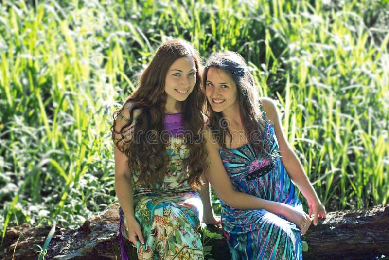 Vriendschap die twee meisjes glimlachen stock afbeelding