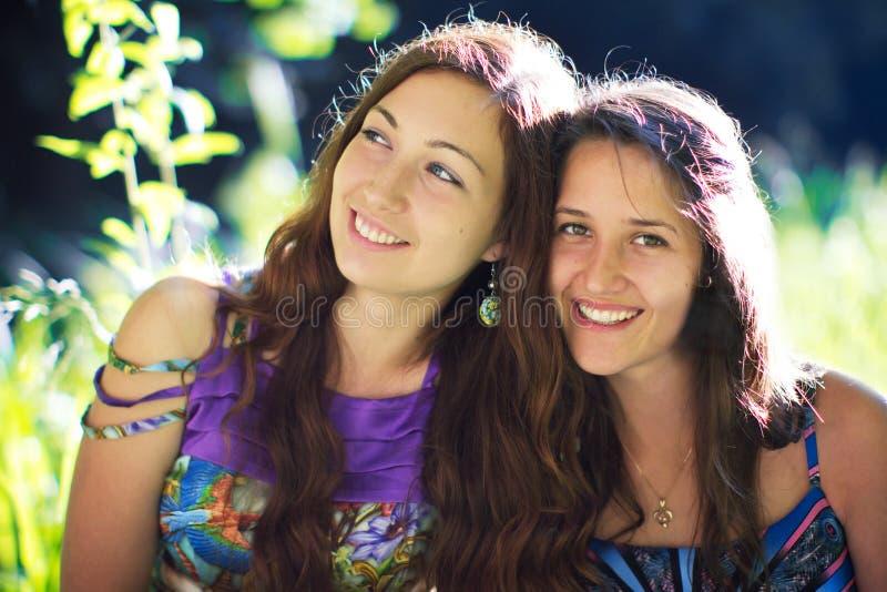 Vriendschap die twee meisjes glimlachen royalty-vrije stock afbeelding